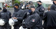 PolizistInnen sind mit schwarzem Munschutz vermummt -  zu Zeiten der Corona-Pandemie 2020  in der Hansestadt Hamburg.