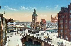 Historische Bilder vom Messberg in der Hamburger Altstadt, Innenstadt. 33_47995 Blick vom Klingberg zum Messberg; unten ein Ausschnitt vom Klingbergfleet. Mehrere Strassenbahnen fahren vor dem hohen Portal der Wandrahmsbrücke.