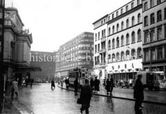 Alte Bilder aus der Dammtorstraße in der Hamburger Neustadt - Innenstadt. Straßenbahnhaltestelle mit Passanten - lks. das Stadttheater, in der Bildmitte das Deutschlandhaus.