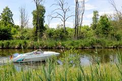 Ein Sportboot fährt im Graben / Kanal vom Ziegelsee in den Schweriner Außensee.