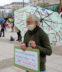 Aktion Klimarettungsschirm von Extinction Rebellion XR auf dem Hamburger Rathausmarkt am 02.05.2020.