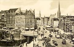 Historische Bilder vom Messberg in der Hamburger Altstadt, Innenstadt. Hamburgs historische Architektur am Messberg, rechts der Vierländer Brunnen. Eine Strassenbahn fährt im Dovenfleet; eine Treppe führt hinter zum Anleger des Zollkanals, Boote