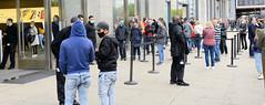 Schlange stehen mit Masken und Abstandhalten vor einem Geschäft zur Zeiten der Corona - Covid 19 - Pandemie in der Hansestadt Hamburg 2020.