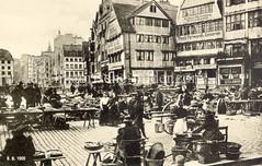 Historische Bilder vom Messberg in der Hamburger Altstadt, Innenstadt. Markt auf dem Hamburger Meßberg; Marktfrauen haben ihre Marktstände aufgebaut und verkaufen ihre Waren - leere Körbe sind gestapelt.