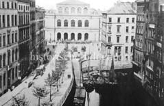 Bilder vom historischen Hamburg - Blick über das Mönkedammfleet zum Adolphsplatz und Hamburger Börse; Ewer, Lastkähne liegen an der Steintreppe zum Fleet - Pferdefuhrwerke, Kutschen fahren über den Platz , ca. 1860..