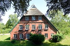 Fotos aus dem Hamburger Stadtteil Altengamme, Vierlande - Bezirk Hamburg Bergedorf. Denkmalgeschützte Hofanlage, Wohnwirtschaftsgebäude am Altengammer Elbdeich.