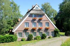 Fotos aus dem Hamburger Stadtteil Altengamme, Vierlande - Bezirk Hamburg Bergedorf. Reetgedecktes Wohnhaus mit Geranienkästen vor den Fenstern am Altengammer Elbdeich.
