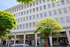 Fotos aus den Hamburger Stadtteilen und Bezirken - Bilder aus Hamburg St. Georg, Bezirk Hamburg Mittee; Parkhaus / Bürohaus mit Geschäften in der Langen Reihe; erbaut 1956 - Architekt Hans Jönsson.