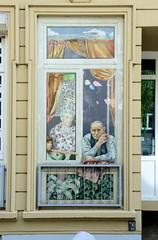 Fotos aus den Hamburger Stadtteilen und Bezirken - Bilder aus Hamburg St. Georg, Bezirk Hamburg Mitte; Fassadenbild - Ehepaar sieht aus dem Fenster - Koppel.