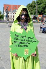 Rebellion Wave der Aktivist*innen Extinction Rebellion XR - Green Rebells Performance auf dem Neuen Markt vor dem Rostocker Rathaus.