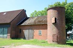 Fotos aus dem Hamburger Stadtteil Altengamme, Vierlande - Bezirk Hamburg Bergedorf. Landwirtschaftgebäude / Scheunen  mit Silo am Horster Damm.