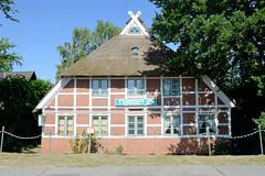 Fotos aus dem Hamburger Stadtteil Altengamme, Vierlande - Bezirk Hamburg Bergedorf. Historische Architektur in den Hamburger Vier- und Marschlanden - Gebäude vom Altengammer Fährhaus am Altengammer Hauptdeich - das Gebäude wurde um 1800 errichtet und