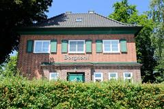 Fotos aus dem Hamburger Stadtteil Altengamme, Vierlande - Bezirk Hamburg Bergedorf. Ehem. Bahnhofsgebäude vom Bahnhof Borghorst der Hamburger Marschbahn; das 1921 errichte Empfangsgebäude steht unter Denkmalschutz.