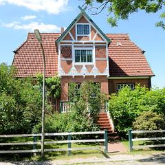 Fotos aus dem Hamburger Stadtteil Altengamme, Vierlande - Bezirk Hamburg Bergedorf. Wohnhaus mit Fachwerkgiebel am Altengammer Kirchenstegel - Wohnhaus, errichtet 1908 - Architekt E. C. Hamester.