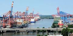 Bilder aus dem Hamburger Hafen; Blick über die Autobahn A7 zu den Container Terminals im Waltershofer Hafen.