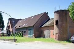 Fotos aus dem Hamburger Stadtteil Altengamme, Vierlande - Bezirk Hamburg Bergedorf. Wohn- und Landwirtschaftgebäude / Scheunen  mit Silo am Horster Damm.