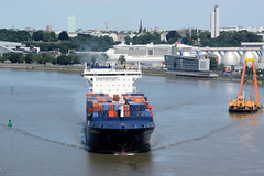 Bilder aus dem Hamburger Hafen; ein Containerschiff fährt auf dem Köhlbrand zum Terminal Altenwerder.