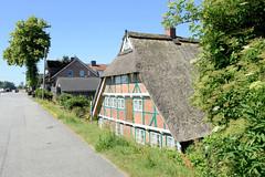 Fotos aus dem Hamburger Stadtteil Altengamme, Vierlande - Bezirk Hamburg Bergedorf. Historische Kate am Altengammer Elbdeich, errichtet um 1700 - das Gebäude steht unter Denkmalschutz.