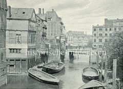 Alte Fotografie vom Bleichenfleet in der Hamburger Neustadt - Blick Richtung Stadthaus, re. die Fuhlentwiete - leere Schuten liegen am Ufer des Fleths.