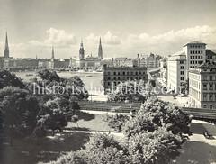 Alte Luftansicht der Hamburger Binnenalster - Blick über die Bahngleise in den Neuen Jungfernstieg und zum Jungfernstieg, ca. 1936.