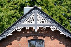 Fotos aus dem Hamburger Stadtteil Altengamme, Vierlande - Bezirk Hamburg Bergedorf. Holzgiebel - geschnitzter Ziergiebel eines Altengammer Wohnhauses.