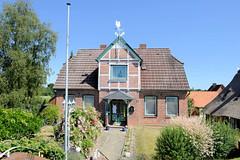 Fotos aus dem Hamburger Stadtteil Altengamme, Vierlande - Bezirk Hamburg Bergedorf. Wohnhaus mit Fachwerkgiebel und Wetterhahn; errichet 1911 - Architekt F. Kolbow; das Haus steht unter Denkmalschutz.