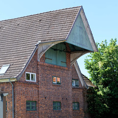 Fotos aus dem Hamburger Stadtteil Altengamme, Vierlande - Bezirk Hamburg Bergedorf. Scheune / Landwirtschaftsgebäude  mit vorspringendem Giebel / Dachluke.