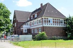 Fotos aus dem Hamburger Stadtteil Altengamme, Vierlande - Bezirk Hamburg Bergedorf. Schulgebäude der Schule Altengamme Deich, errichtet 1913 / 29, Architekt Hugo Groothoff.
