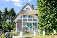 Fotos aus dem Hamburger Stadtteil Altengamme, Vierlande - Bezirk Hamburg Bergedorf.  Wohnwirtschaftsgebäude am Altengammer Hauptdeich - das unter Denkmalschutz stehende mit Reet gedeckte Gebäude wurde 1715 errichtet.