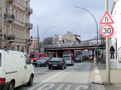 Straßenverkehr in der Hamburger Stresemannstraße - Hamburg Altona-Nord. Blick zur Kreuzung Max-Brauer-Allee und der Sternbrücke (2002).