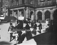 Alte Fotografie vom Hamburger Adolphsplatz - Andenkenhändler stehen vor dem Gebäude der Börse und verkaufen u. a. Bromsilber-Karten / Ansichtskarten.