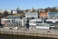 Blick über den Altonaer Hafen auf den Elbberg zur Rainvilleterrasse. Moderne Bürogebäude am Altonaer Kai und der Grossen Elbstrasse - historischer Hafenkran. Im Hintergrund links die ehem. Seefahrtschule und Wohnhäuser mit Elbblick an der Rainvillete