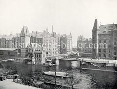 Historisches Foto vom Zollkanal und der Hamburger Speicherstadt - Jungfernbrücke und Lagerhäuser.