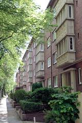 Fotos aus dem Hamburger Stadtteil Horn - Bezirk Hamburg Mitte; Etagenhaus an der Washingtonallee; errichtet 1937, Architekt Hans Stockhause.