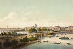 Historische Ansicht der Hamburger Lombardsbrücke - ein Zug mit Dampflokomotive und Personenwagen fährt auf der Straße, Auf der Binnenalster sind Ruderboote, Segelboote und ein Dampfer - im Hintergrund das Panorama von St. Georg.