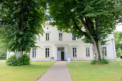 Friedrichsruh ist ein Ortsteil der Gemeinde Aumühle, Kreis Herzogtum Lauenburg in Schleswig-Holstein; ehem. Empfangsgebäude vom Bahnhof Friedrichsruh - jetzt Sitz der Bismarck-Stiftung.