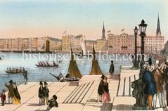 Blick vom Ufer der Hamburger Binnenalster  zum damaligen Alsterdamm - Ruderboote und Segelboote auf dem Wasser; im Hintergrund die Kirchtürme der St. Jacobi und St. Petri-Kirche, ca. 1855..