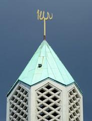 Fotos aus dem Hamburger Stadtteil Horn - Bezirk Hamburg Mitte. Turmspitze mit goldenem arabischen Schriftzug Allah vom Islamischen Zentrum Al Nour in der Sievekingallee. Die ehem. Kapernaumkirche wurde 2004 entwidmet und verkauft. 2012 wurde durch