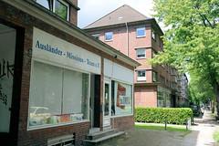 Fotos aus dem Hamburger Stadtteil Horn - Bezirk Hamburg Mitte. Denkmalgeschützter Laden - ehem. Kolonialwarenladen im Etagenhaus an der Washingtonallee; errichtet 1937, Architekt Hans Stockhause.