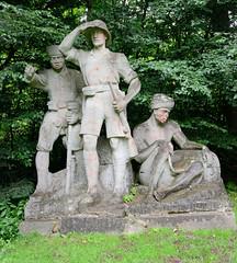 Aumühle ist eine Gemeinde im Kreis Herzogtum Lauenburg in Schleswig-Holstein und gehört zur Metropolregion Hamburg. Ansicht vom Deutsch-Ostafrika-Ehrenmal in Aumühle; geplant seit ca. 1930  - errichtet 1955. Es zeigt den Generalmajor Paul von Lettow-