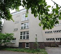 Architektur Hamburgs - Baudenkmal Seefahrtschule Rainvilleterrasse; Balkons mit gelben Backstein und Putzfassade.