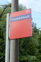 Friedrichsruh ist ein Ortsteil der Gemeinde Aumühle, Kreis Herzogtum Lauenburg in Schleswig-Holstein; Schild Deutsche Bundesbahn, Haltestelle Friedrichsruh.