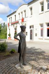 Aumühle ist eine Gemeinde im Kreis Herzogtum Lauenburg in Schleswig-Holstein und gehört zur Metropolregion Hamburg; Skulptur / Brunnen vor dem Gebäude der Kreissparkasse Herzogtum Lauenburg / Aumühle.