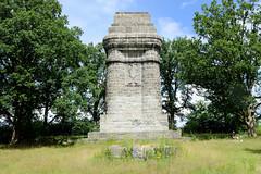 Aumühle ist eine Gemeinde im Kreis Herzogtum Lauenburg in Schleswig-Holstein und gehört zur Metropolregion Hamburg. Bismarkdenkmal / Bismarcksäule auf dem Hammelsberg an der Sachsenwaldstraße; es wurde von der Deutschen Studentenschaft finanziert. De