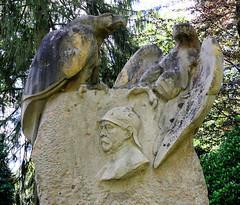 Aumühle ist eine Gemeinde im Kreis Herzogtum Lauenburg in Schleswig-Holstein und gehört zur Metropolregion Hamburg. Bismarkdenkmal beim Bismarckturm, gestiftet vom österreichischen Antisemiten Georg von Schönerer.