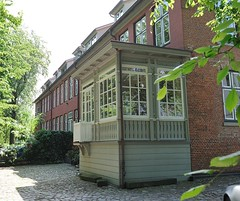 Rückseite der historischen Gebäude in der Klopstockstrasse. Blick vom Friedhof der Ottensener Christianskirche; eine Holzveranda ist auf der Gartenseiten des Hauses angebaut.