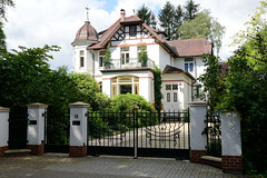 Aumühle ist eine Gemeinde im Kreis Herzogtum Lauenburg in Schleswig-Holstein und gehört zur Metropolregion Hamburg; unter Denkmalschutz stehende Villa Specht/ Jugendstiltor.