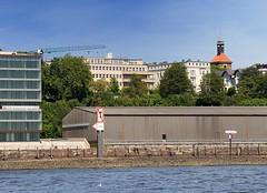 Blick von der Elbe auf die Architektur an der Rainvilleterrasse. Lagerschuppen und modernes Bürogebäude am Altonaer Elbufer. Auf dem Elbberg das Gebäude der ehem. Seefahrtschule und Wohngebäude an der Rainvilleterrasse - rechts die Christianskirche i