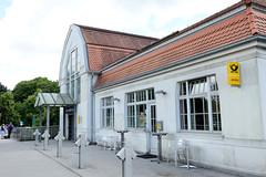 Aumühle ist eine Gemeinde im Kreis Herzogtum Lauenburg in Schleswig-Holstein und gehört zur Metropolregion Hamburg; Bahnhof Aumühle - denkmalgeschütztes Empfangsgebäude, errichtet 1909.