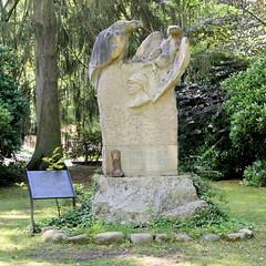 Aumühle ist eine Gemeinde im Kreis Herzogtum Lauenburg in Schleswig-Holstein und gehört zur Metropolregion Hamburg. Bismarckdenkmal beim Bismarckturm, gestiftet vom österreichischen Antisemiten Georg von Schönerer.